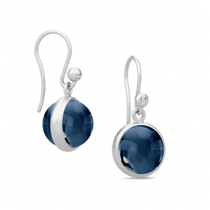 Julie Sandlau - Øreringe - Prime - Rhodineret sølv - Safirblå krystal – Studiobillede